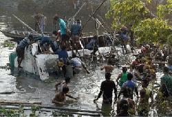 চাঁপাইনবাবগঞ্জে বনভোজনের বাস দুর্ঘটনায় নিহত ৩ আহত ১১