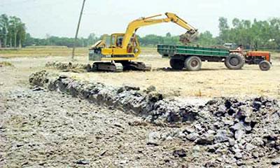 কালিগঙ্গা নদীর ফসলি জমিতে চলছে মাটি কাটার মহোৎসব