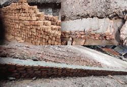পাইকগাছায় নিম্নমানের ইট দিয়ে রাস্তা নির্মাণকালে এলাকাবাসীর তোপে কাজ বন্ধ