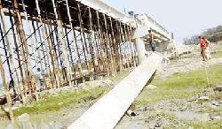 নির্মাণের আগেই সেতুর গার্ডার ভেঙে নদীতে